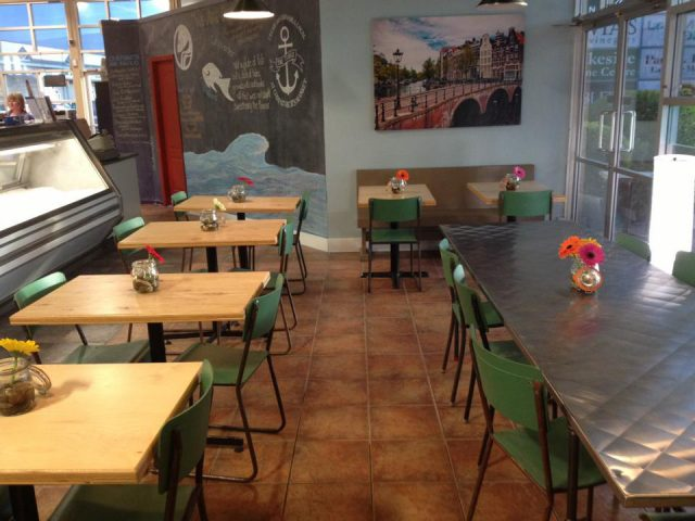 restaurant intérieur restaurant tables et chaises the table cafe at codfathers market kelowna colombie britannique canada ulocal produits locaux achat local produits du terroir locavore touriste