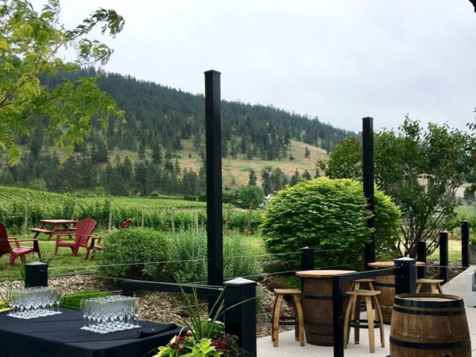 vignoble terrasse avec tables et bancs vue sur le vignoble township 7 vineyards and winery penticton colombie britannique canada ulocal produits locaux achat local produits du terroir locavore touriste