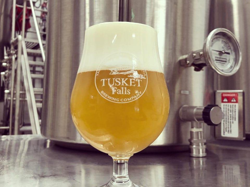 microbrasseries verre de bière en fût artisanale usine de fabrication tusket Falls Brewing co tusket nouvelle-écosse canada ulocal produits locaux achat local produits du terroir locavore touriste