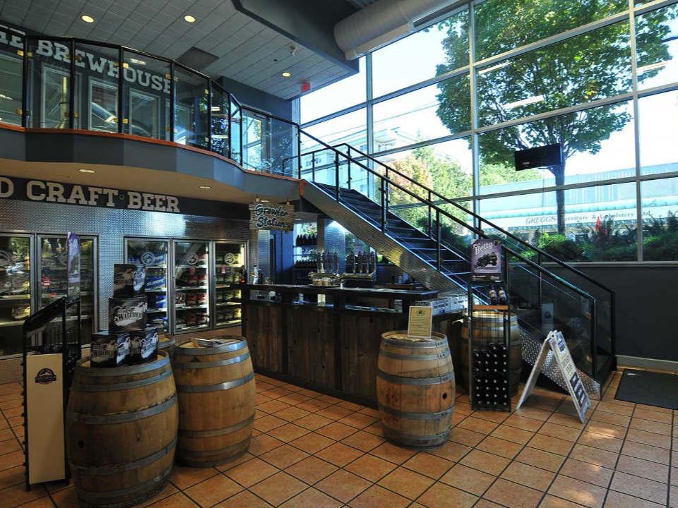 microbrasseries magasin deux étages escaliers réfrigérateurs bières barils en bois vancouver island brewing victoria colombie britannique canada ulocal produits locaux achat local produits du terroir locavore touriste