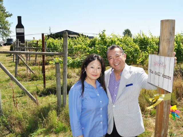 vignoble couple propriétaire avec vignoble en arrière-plan vinoscenti vineyards surrey british colombia canada ulocal produits locaux achat local produits du terroir locavore touriste