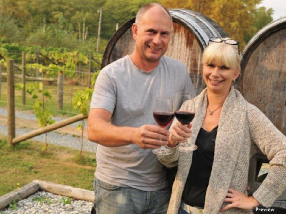 vignoble couple de propriétaire avec un verre de vin rouge dans vignoble vista d'oro farms and winery langley city british colombia canada ulocal produits locaux achat local produits du terroir locavore touriste