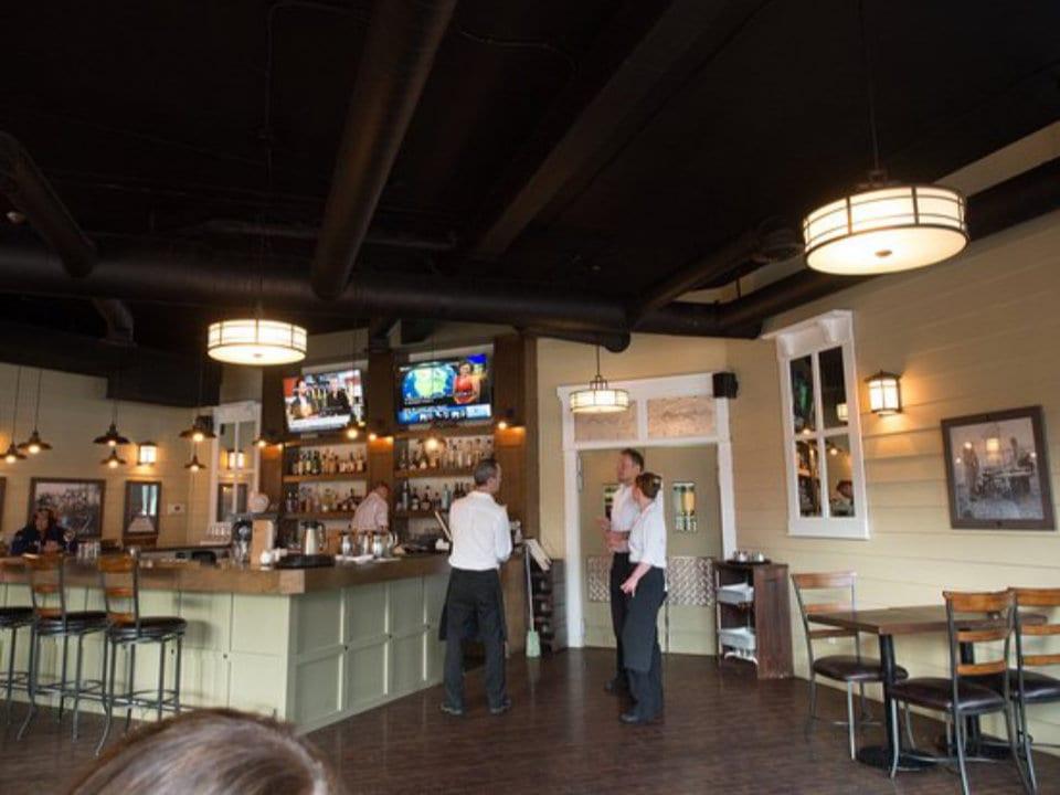 restaurant serveurs discutent bar intérieur resto table chaises west coast grill and oyster bar nelson nelson colombie britannique canada ulocal produits locaux achat local produits du terroir locavore touriste