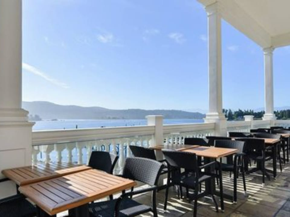 restaurant vue mer terrasse tables chaises west coast grill and oyster bar souke souke colombie britannique canada ulocal produits locaux achat local produits du terroir locavore touriste