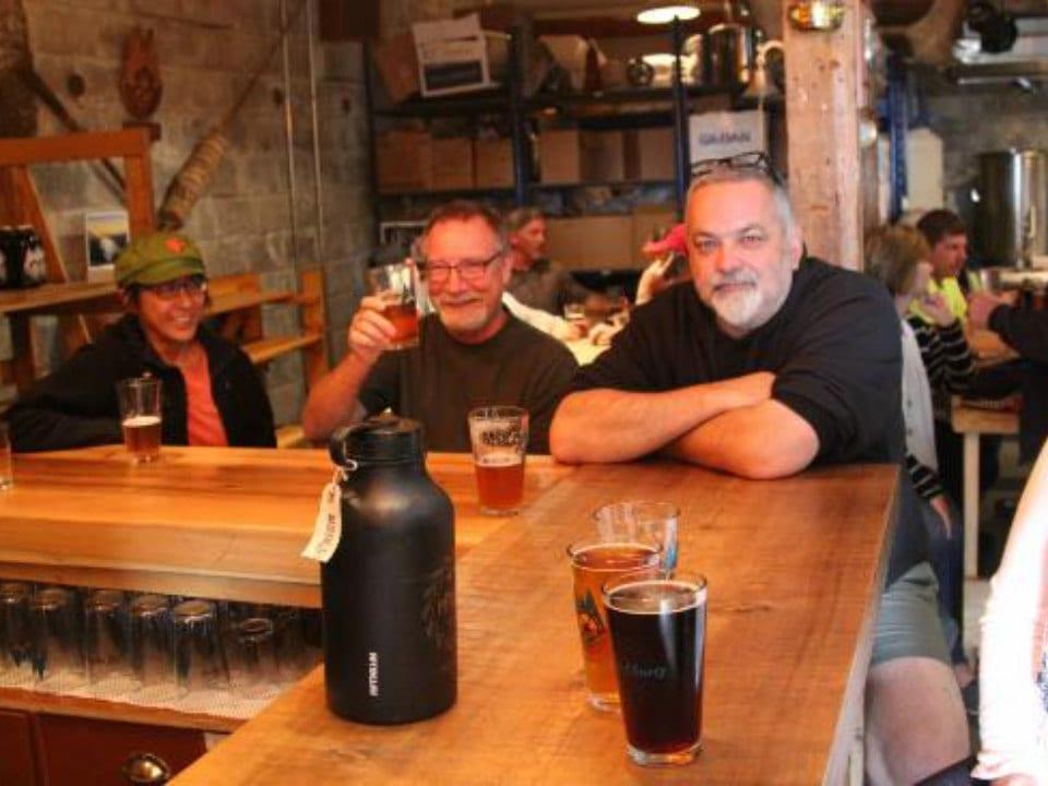 microbrasseries clients heureux au bar wheelhouse brewing co prince rupert colombie britannique canada ulocal produits locaux achat local produits du terroir locavore touriste