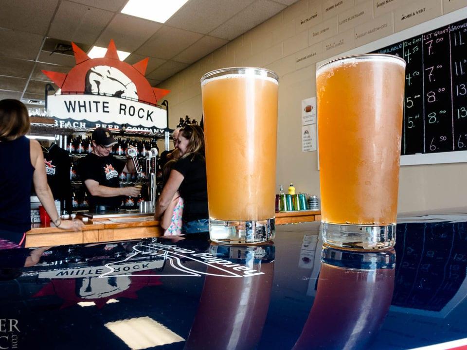 microbrasseries bar de dégustation avec clients deux verres de bière en fût sur table white rock beach beer company white rock colombie britannique canada ulocal produits locaux achat local produits du terroir locavore touriste
