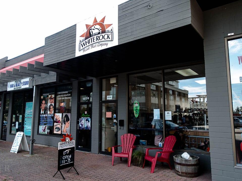 microbrasseries façade extérieure brasserie deux chaises rouge devant fenêtre white rock beach beer company white rock colombie britannique canada ulocal produits locaux achat local produits du terroir locavore touriste