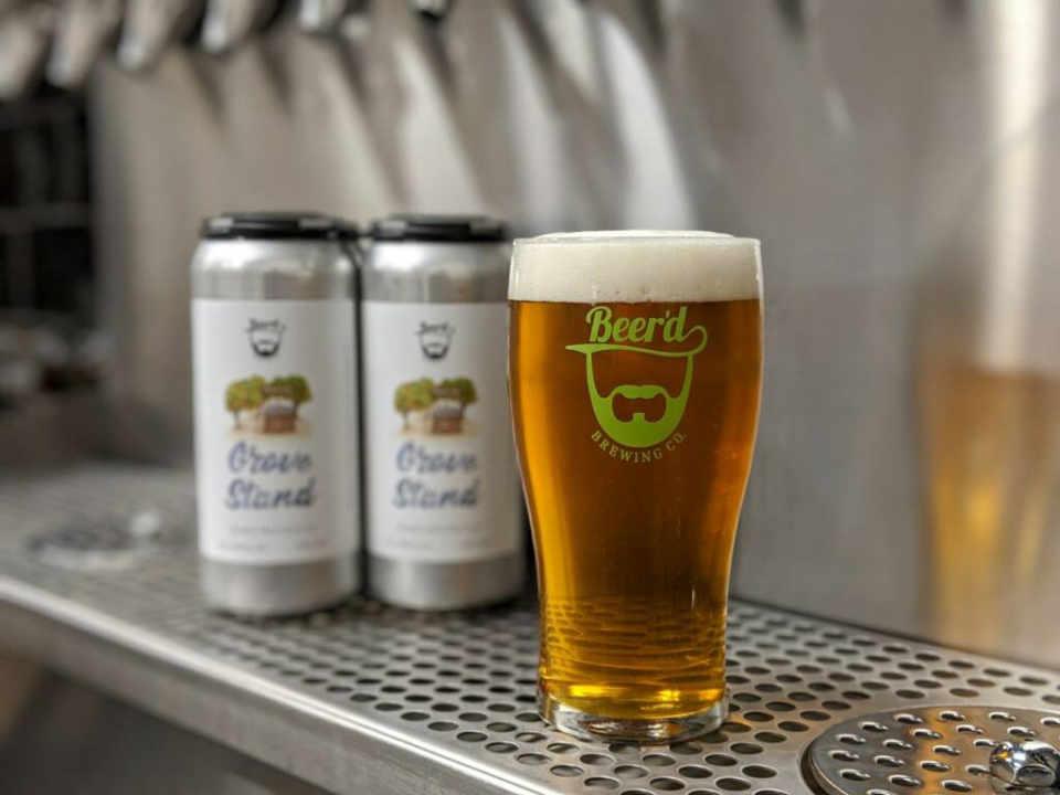 Microbrasserie Cannettes et verre de bière Beer'd Brewing Co. Stonington Connecticut États-Unis Ulocal produit local achat local