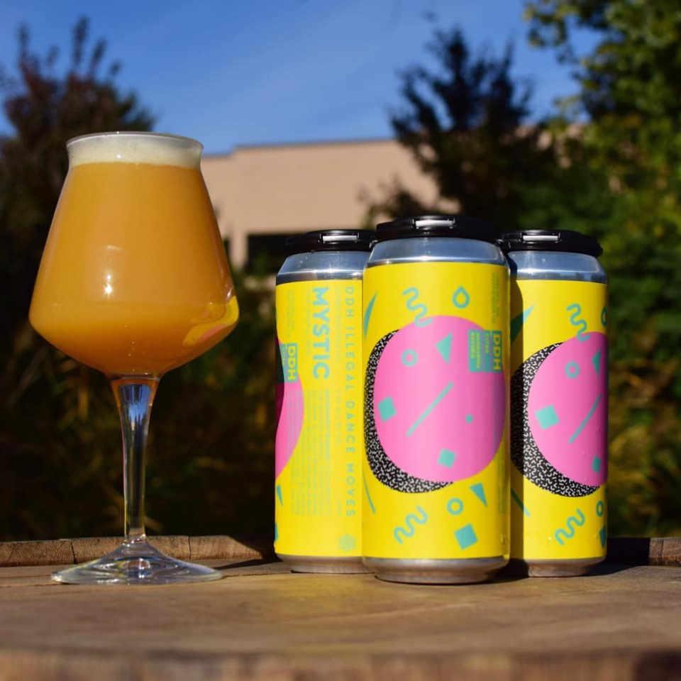 Microbrasserie verre et canettes de bière Mystic Brewery Chelsea Massachusetts États-Unis Ulocal produit local achat local