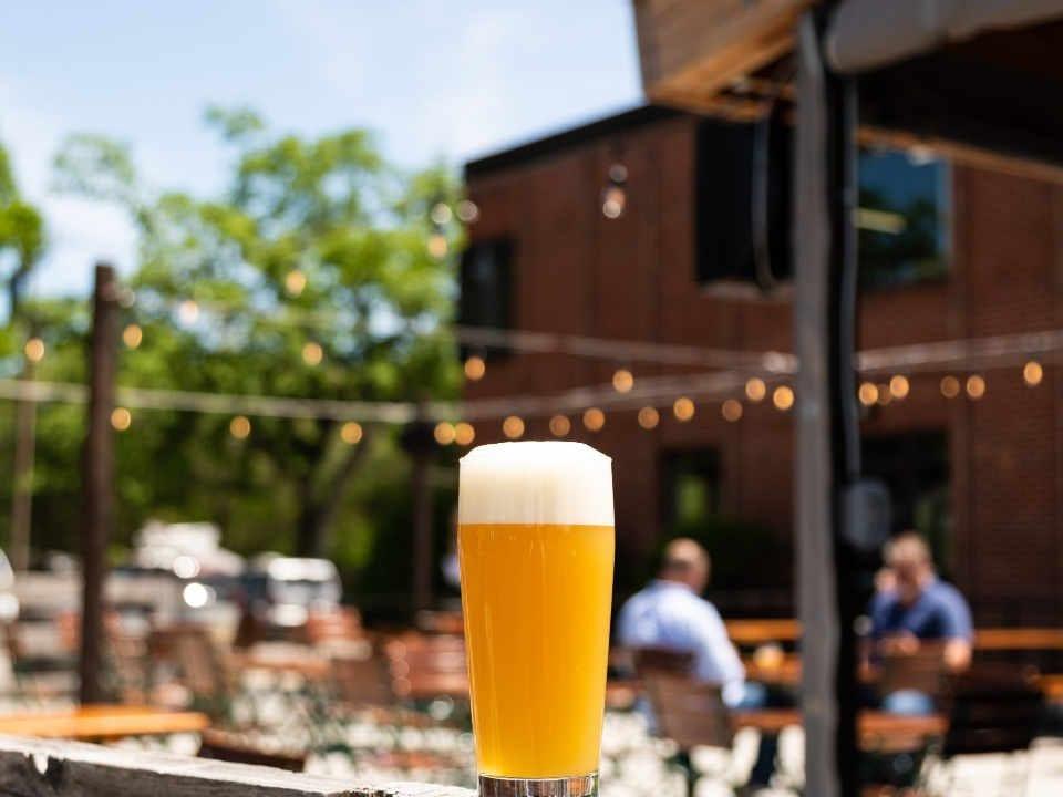Microbrasserie verre bière terrasse Trillium Brewing Company Canton Massachusetts États-Unis Ulocal produit local achat local