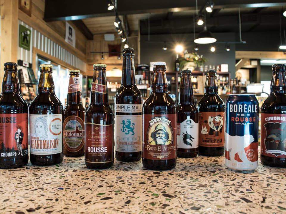 alcool variété de bières locales sur le comptoir bières dépôt au vent du nord sherbrooke québec canada ulocal produits locaux achat local produits du terroir locavore touriste