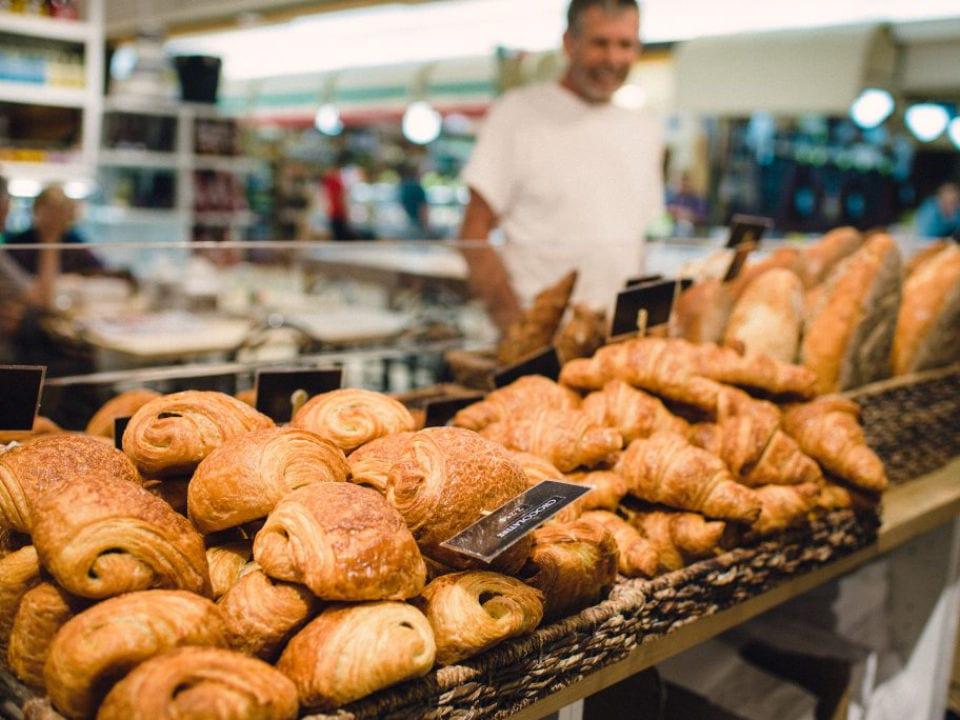 boulangerie client devant le comptoir de viénoiseries et croissants frais du jour boulangerie levain no.5 saint-jean-sur-richelieu québec canada ulocal produits locaux achat local produits du terroir locavore touriste