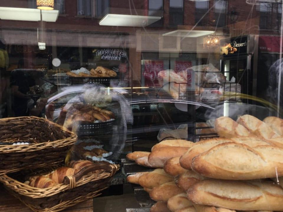boulangerie artisanale pains frais du jour dans la vitrine de la boutique boulangerie pâtisserie wellington verdun québec canada ulocal produits locaux achat local produits du terroir locavore touriste