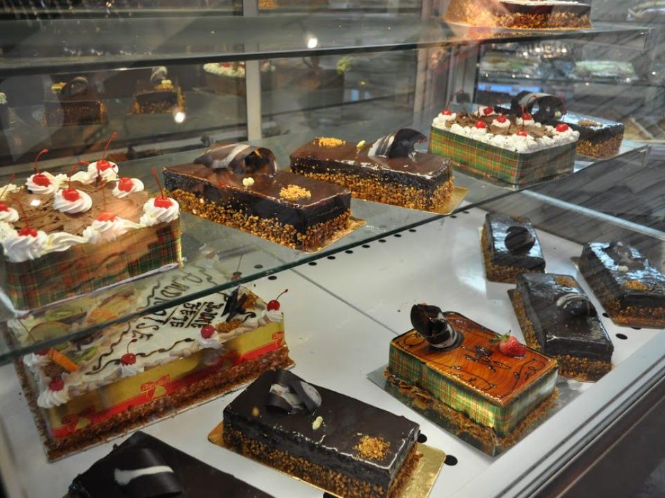 boulangerie artisanale patisseries et gâteaux dans un présentoir réfrigéré boulangerie pâtisserie wellington verdun québec canada ulocal produits locaux achat local produits du terroir locavore touriste
