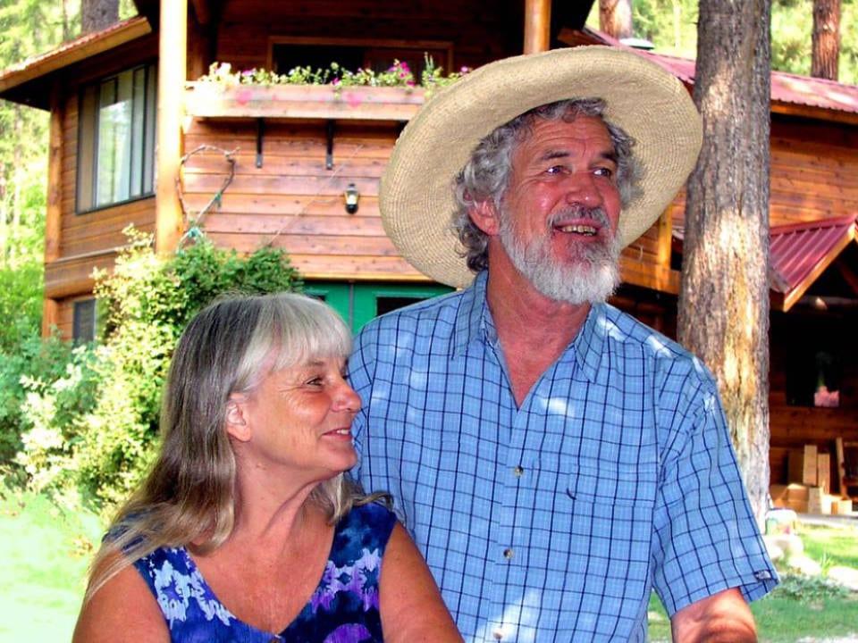 vignoble couple propriétaire du vignoble devant leur cabine china bend winery kettle falls washington états unis ulocal produits locaux achat local produits du terroir locavore touriste