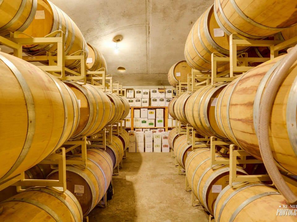 vignoblecave à vin avec tonneaux de cèdre china bend winery kettle falls washington états unis ulocal produits locaux achat local produits du terroir locavore touriste