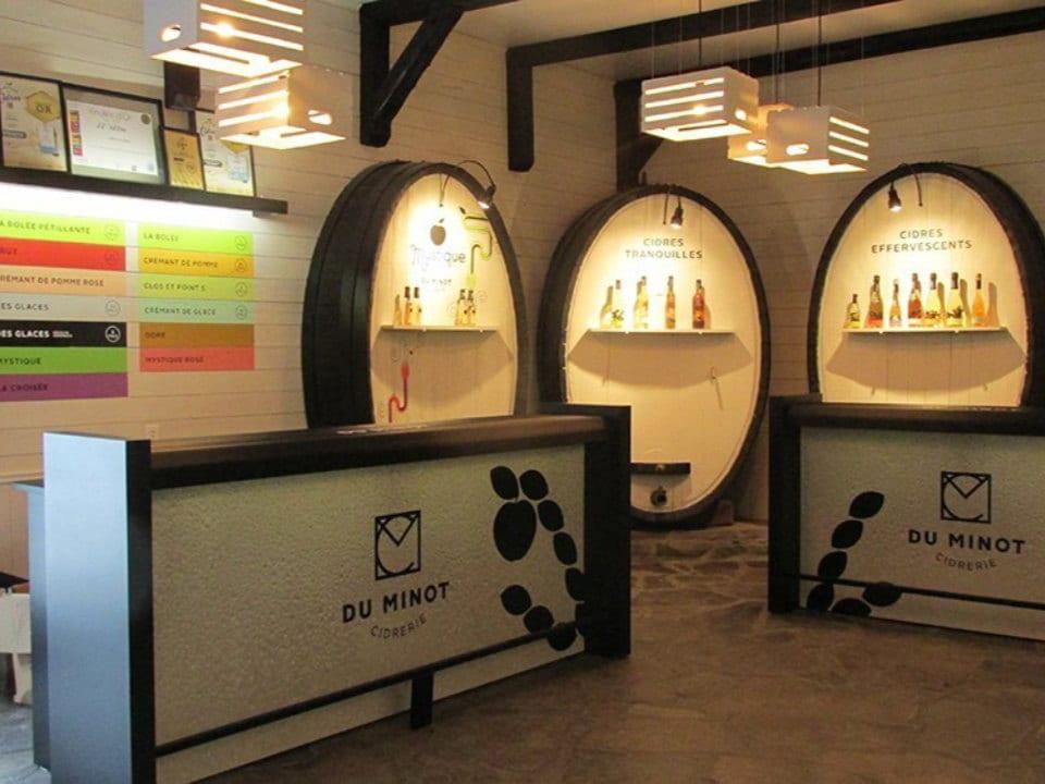 vignoble comptoirs de dégustation dans une cave spécialement décorée avec des boiseries rondes sur les murs cidrerie du minot hemmingford québec canada ulocal produits locaux achat local produits du terroir locavore touriste