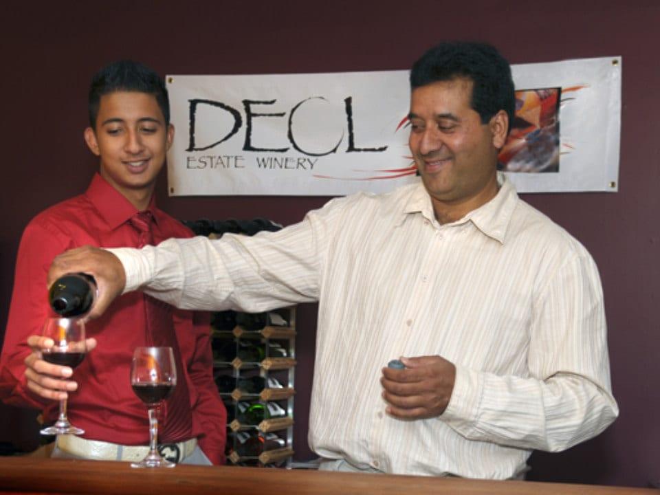vignoble père et fils faisant une dégustation de vin rouge deol estate winery duncan colombie britannique canada ulocal produits locaux achat local produits du terroir locavore touriste