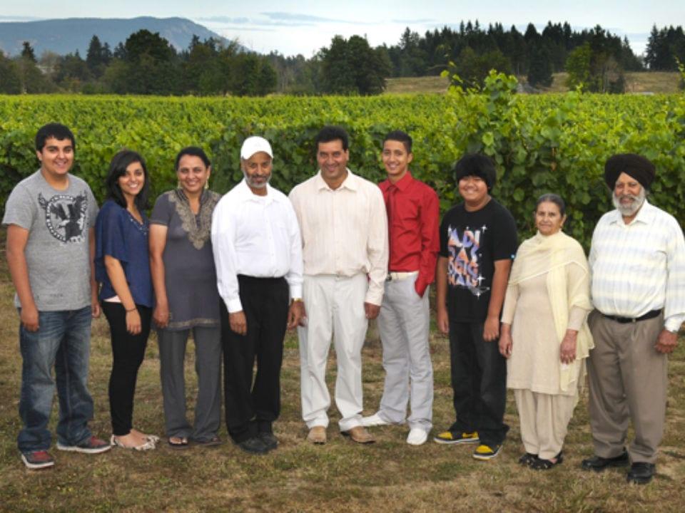 vignoble entreprise familiale avec toute la famille dans le vignoble deol estate winery duncan colombie britannique canada ulocal produits locaux achat local produits du terroir locavore touriste
