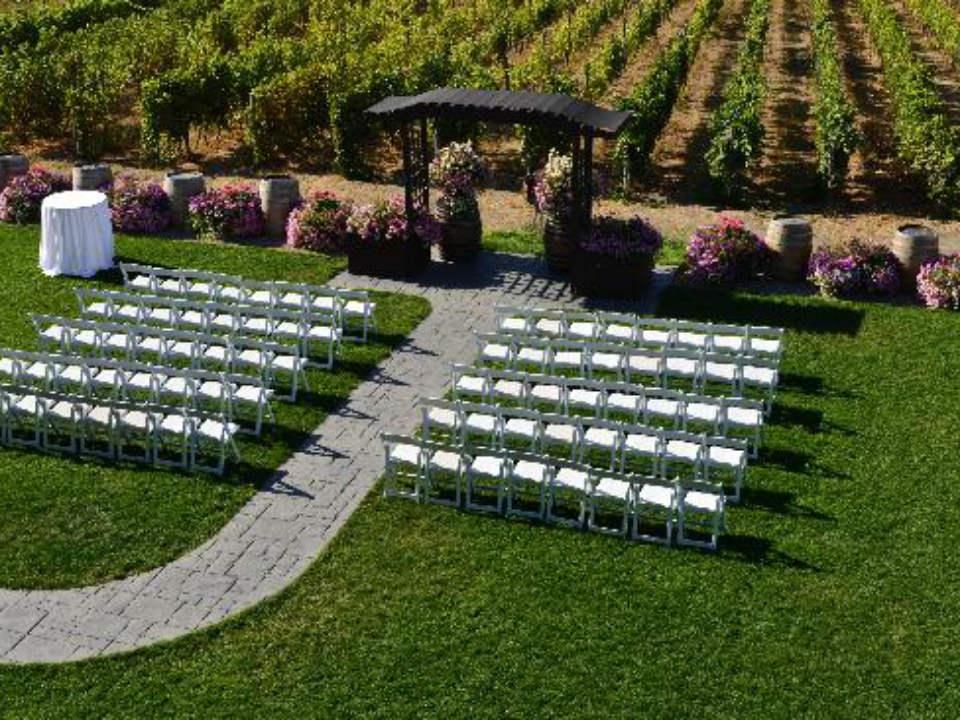 vignoble organisation d'événement dans le vignoble serie de chaises blanches pour célébration desert hills estate winery oliver colombie britannique canada ulocal produits locaux achat local produits du terroir locavore touriste