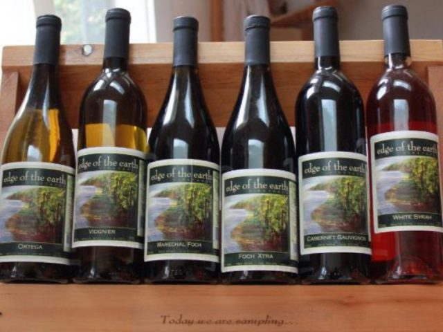 vignoble 6 bouteilles de différents vins sur une tablette de bois edge of the earth vineyards armstrong colombie britannique canada ulocal produits locaux achat local produits du terroir locavore touriste