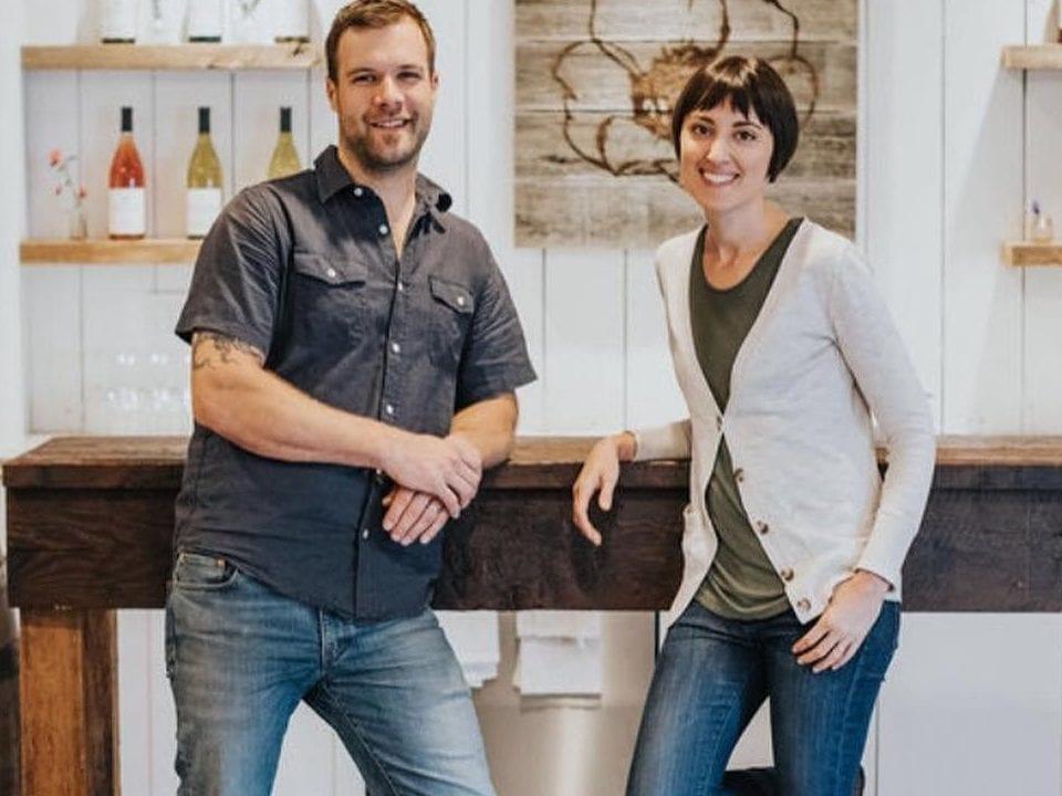 vignoble couple propriétaire dans leur salle de dégustation emandare vineyard duncan colombie britannique canada ulocal produits locaux achat local produits du terroir locavore touriste