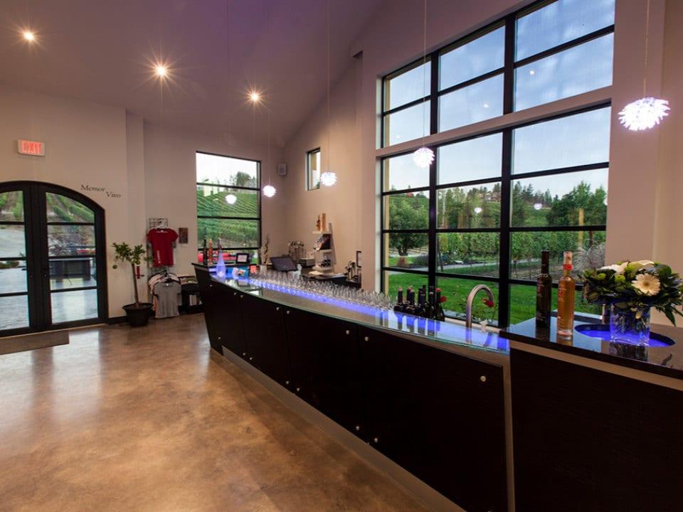 salle de dégustation avec grand bar et fenêtre de porte de garage