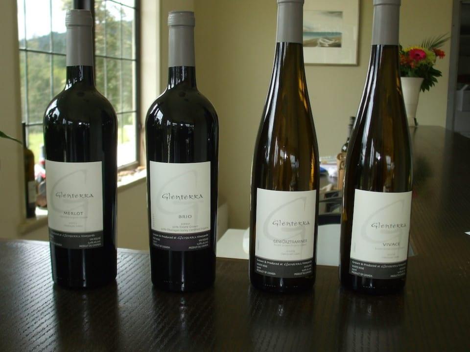 vignoble 4 bouteilles de vin dans la salle de dégustation glenterra vineyards cobble hill colombie britannique canada ulocal produits locaux achat local produits du terroir locavore touriste
