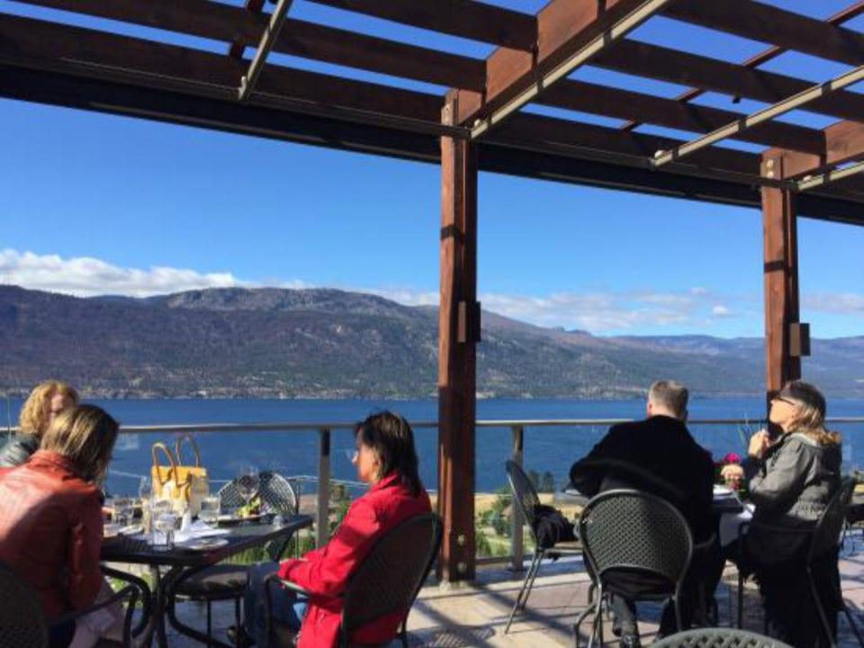 vignoble magnifique vue du lac de la terrasse avec clients en train de déguster vin et repas local gray monk estate winery lake country colombie britannique canada ulocal produits locaux achat local produits du terroir locavore touriste