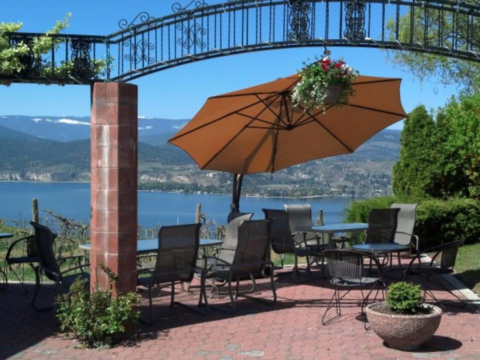 vignoble belle terrasse avec table et parasol avec vue sur le lac et le vignoble lang vineyards naramata colombie britannique canada ulocal produits locaux achat local produits du terroir locavore touriste