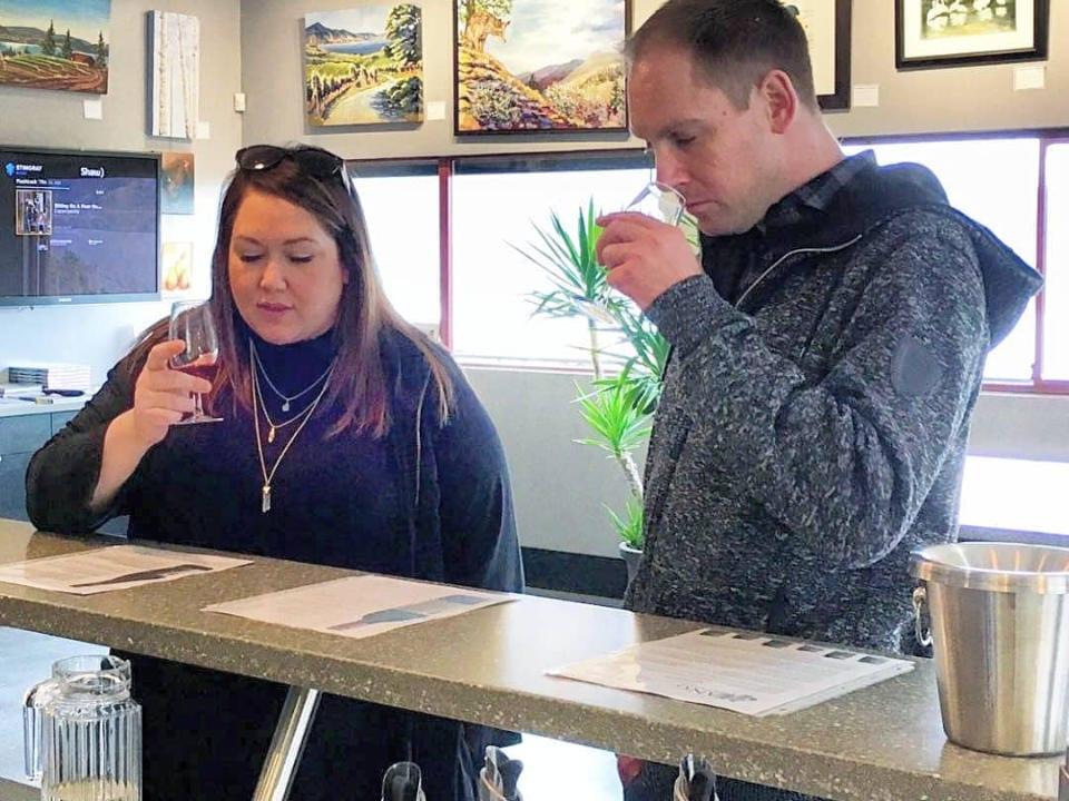 vignoble clients en train de goûter aux vins dans la salle de dégustation lang vineyards naramata colombie britannique canada ulocal produits locaux achat local produits du terroir locavore touriste