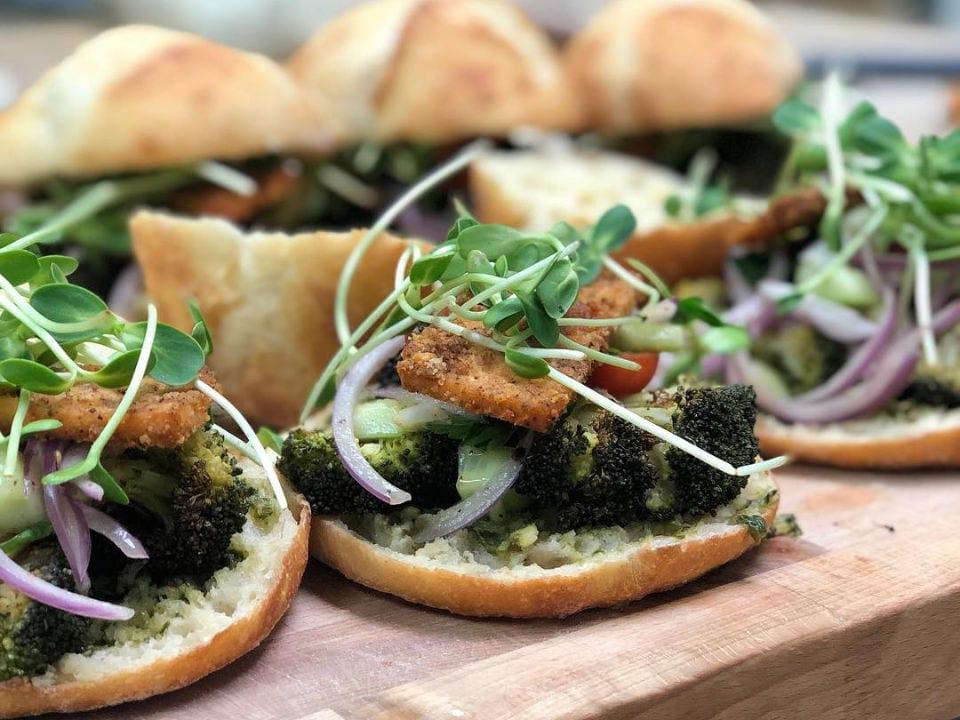 boulangerie artisanale repas pret-à-manger offert à tous les jours sandwich vegan le pain dans les voiles mont-st-hilaire mont-saint-hilaire québec canada ulocal produits locaux achat local produits du terroir locavore touriste