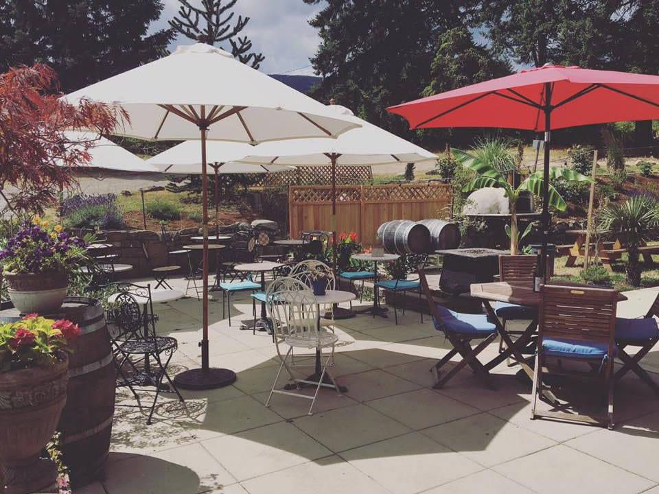 vignoble grande terrasse avec tables chaises et parasols blancs et rouges millstone winery nanaimo colombie britannique canada ulocal produits locaux achat local produits du terroir locavore touriste