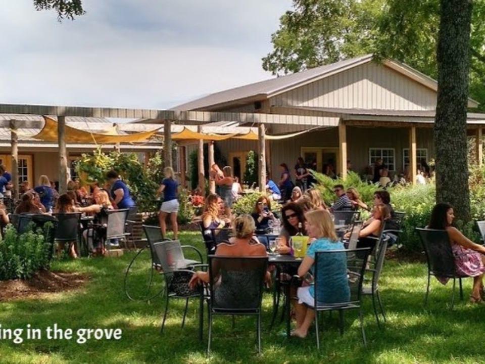 vignoble bâtisse extérieure avec terrasse remplie de client assis nighthawk vineyards okanagan falls colombie britannique canada ulocal produits locaux achat local produits du terroir locavore touriste