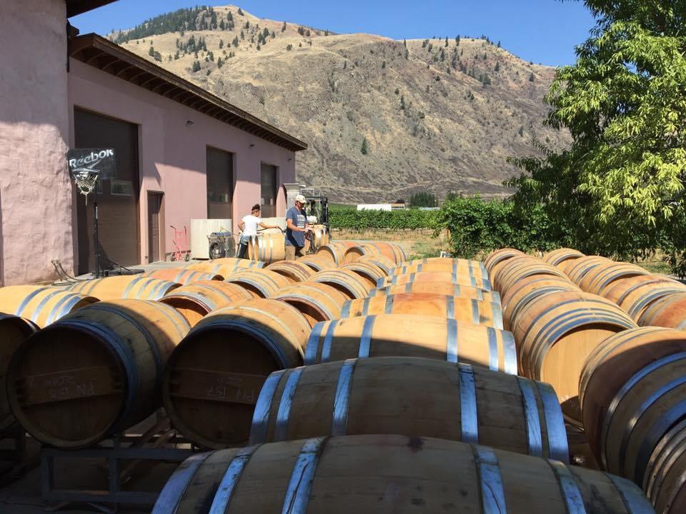 vignoble bâtisse extérieure avec plusieurs barils de cèdre alignés orofino vineyards cawston colombie britannique canada ulocal produits locaux achat local produits du terroir locavore touriste