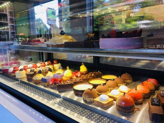 pâtisserieprésentoirs réfrigérés de patisseries pâtisserie la vitrine sherbrooke québec canada ulocal produits locaux achat local produits du terroir locavore touriste