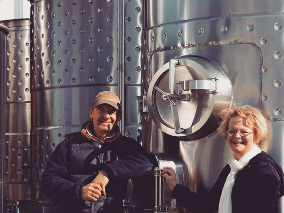 vignoble couple propriétaire en avant d'un énorme réservoir de vin stoneboat vineyards oliver colombie britannique canada ulocal produits locaux achat local produits du terroir locavore touriste
