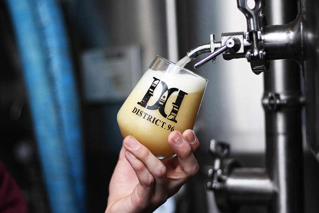 Microbrasserie verre de bière District.96 Beer Factory New City New York États-Unis Ulocal produit local achat local