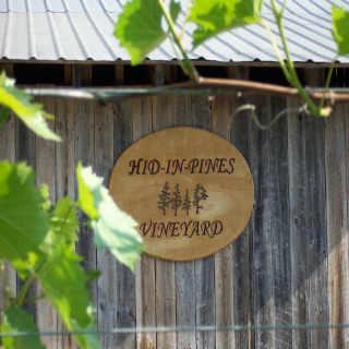 Vignoble enseigne Hid-In-Pines Vineyard Morrisonville New York États-Unis Ulocal produit local achat local