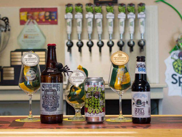 Microbrasserie canette de bière bouteilles de bière Spider Bite Beer Company Holbrook New York États-Unis Ulocal produit local achat local
