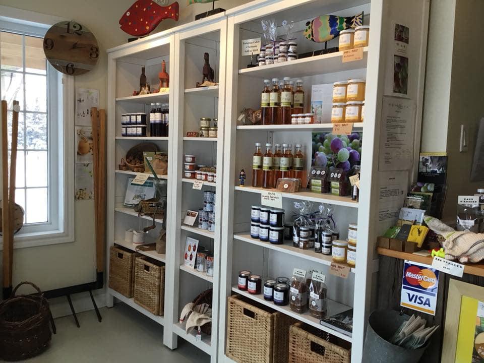 boutique aliments étalage de produits transformés de la ferme dans la boutique au fil du vent saint-jacques-le-mineur québec canada ulocal produits locaux achat local produits du terroir locavore touriste