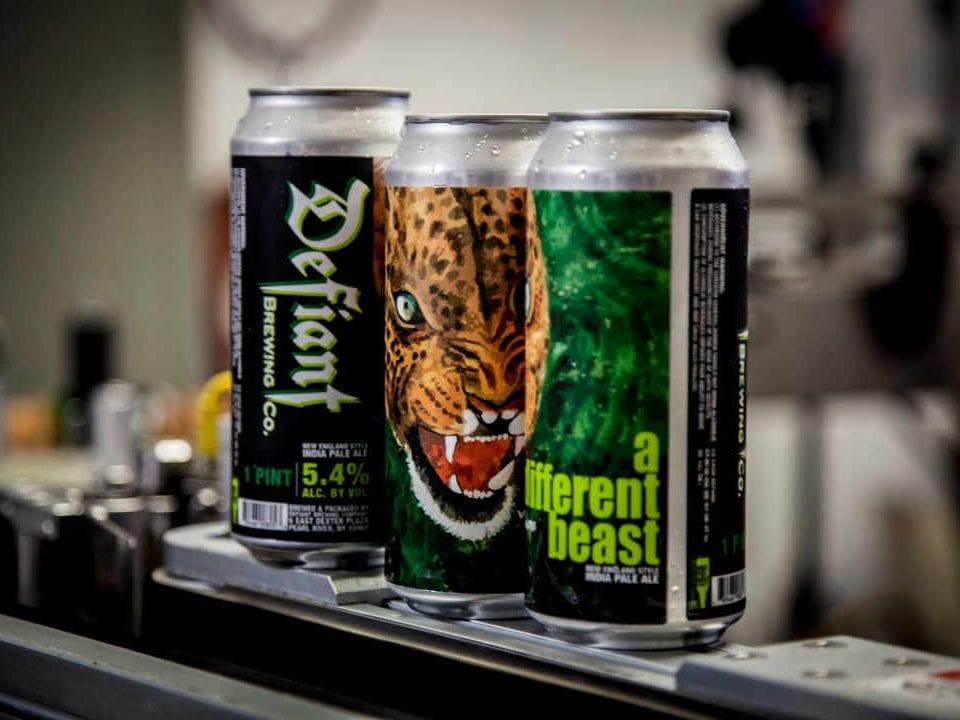 Microbrasserie canettes de bière Defiant Brewing Co. Pearl River New York États-Unis Ulocal produit local achat local
