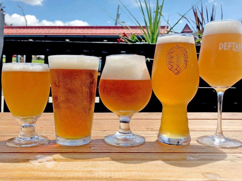 Microbrasserie verres de bière Defiant Brewing Co. Pearl River New York États-Unis Ulocal produit local achat local