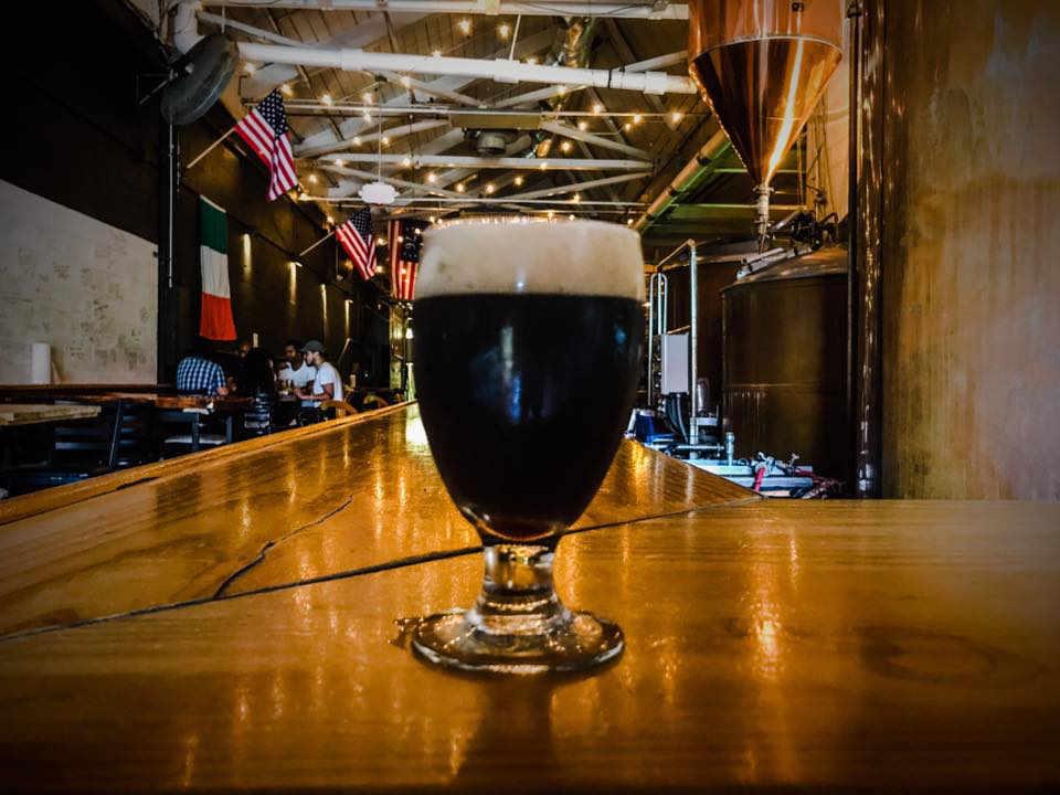 Microbrasserie verre de bière Defiant Brewing Co. Pearl River New York États-Unis Ulocal produit local achat local