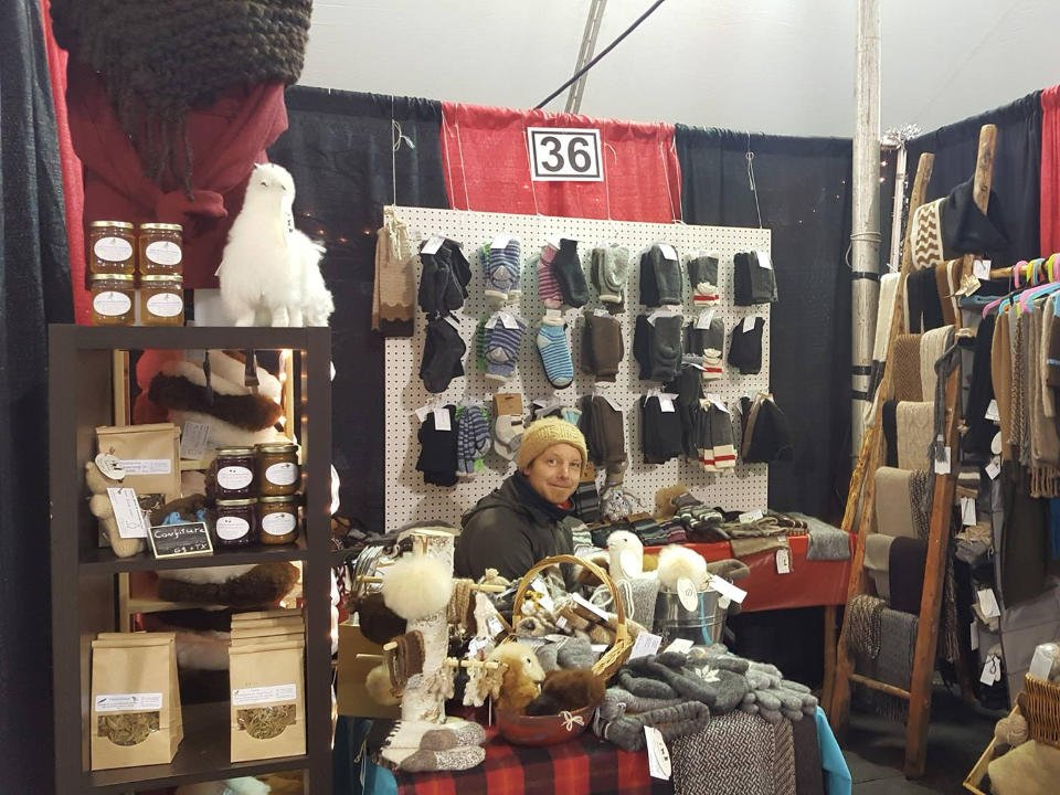 boutique shop with different items handmade by artisans with the owner sitting in the middle ferme fibres et compagnie alpagas d'aldo st-alexandre-de-kamouraska quebec canada ulocal local products local purchase local produce locavore tourist