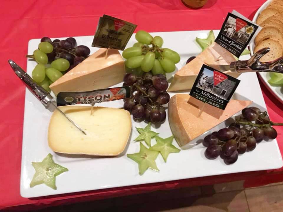 fromagerie diverses sortes de fromages fabriqués à la fromagerie dans un plateau avec raisins verts et rouges fromagerie du champ à la meule notre-dame-de-lourdes québec canada ulocal produits locaux achat local produits du terroir locavore touriste