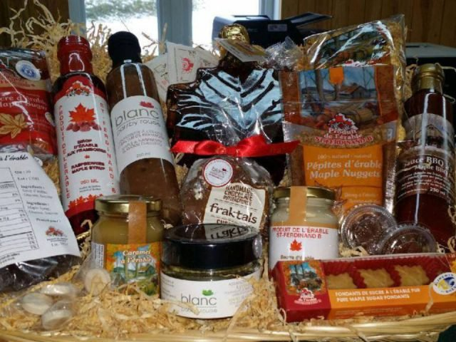 boutique display of maple products and by-products in the shop produit de l'érable st-ferdinand b irlande quebec canada ulocal local products local purchase local produce locavore tourist