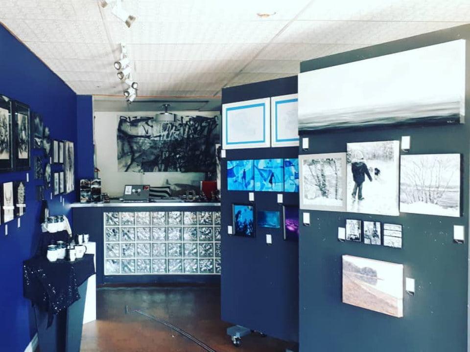 boutique d'artisanat intérieur de la boutique avec tableaux divers peint à la main the dart gallery dartmouth nouvelle-écosse canada ulocal produits locaux achat local produits du terroir locavore touriste