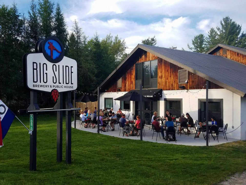 Microbrasserie terrasse Big Slide Brewery & Public House Lake Placid New York États-Unis Ulocal produit local achat local