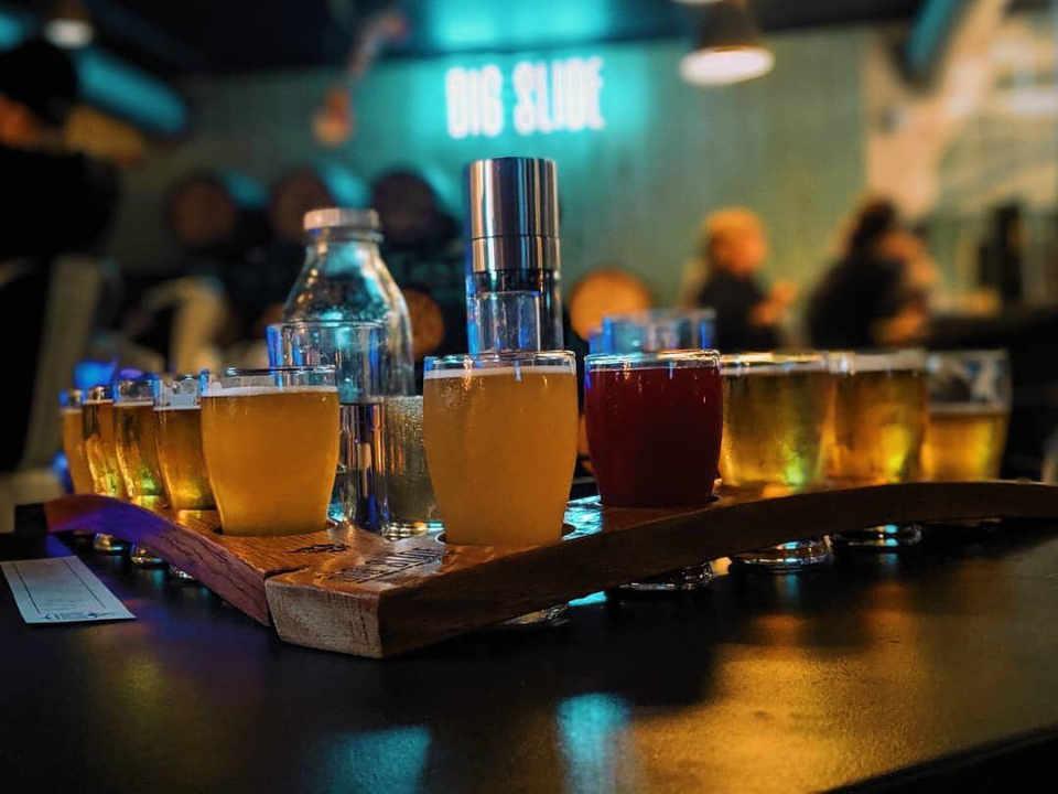 Microbrasserie verres de bière Big Slide Brewery & Public House Lake Placid New York États-Unis Ulocal produit local achat local